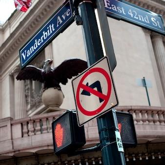Vanderbilt i east 42nd street podpisuje na manhattanie, nowy jork, usa