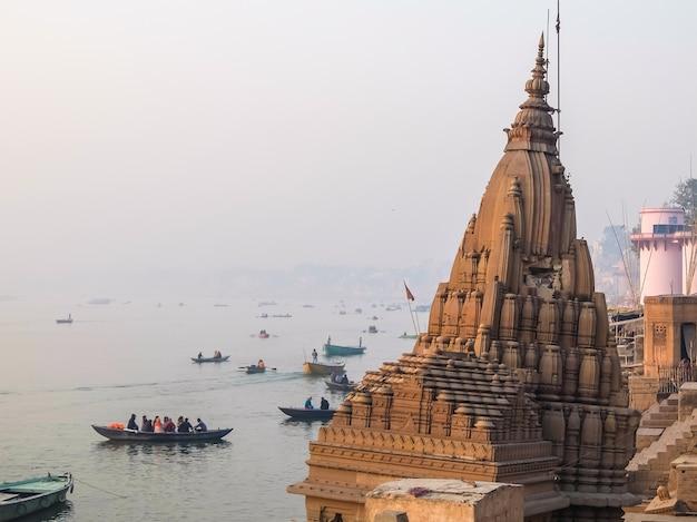 Varanasi indie łodzie na ghatach varanasi