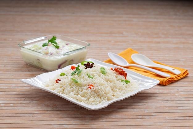 Veg pulav lub pulao z warzyw ryżowych basmathi i indyjskich przypraw