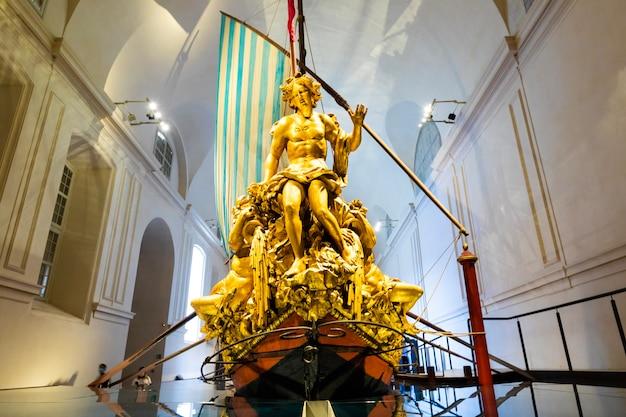 Venaria reale, włochy - około maja 2021: bucentaur (bucintoro, 1729). antyczny królewski statek rodziny savoia.