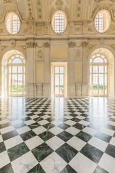 Venaria reale, włochy - około maja 2021: korytarz z podłogą z luksusowych marmurów. mnóstwo elegancji dla tego włoskiego wnętrza w venaria reale w regionie piemont.