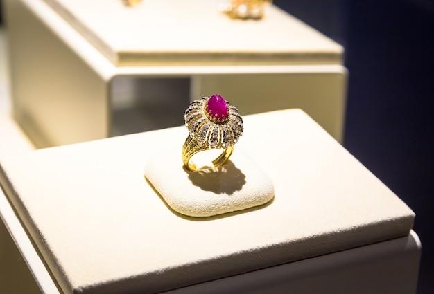 Venaria reale, włochy - około sierpień 2020: luksusowy pierścionek z gigantycznym rubinowym klejnotem. wykonane w 1972 roku przez gianmarię buccellati.