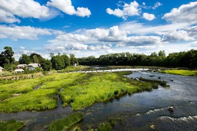 Venta rapid lub ventas rumba to wodospad na rzece venta na łotwie. najszerszy wodospad w europie