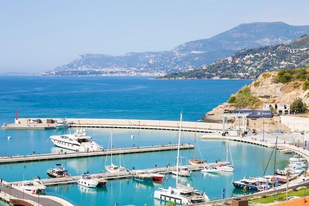 Ventimiglia, włochy - około sierpnia 2021 r.: cala del forte to znakomita, zupełnie nowa, najnowocześniejsza marina położona w ventimiglia we włoszech, zaledwie 15 minut od księstwa monako