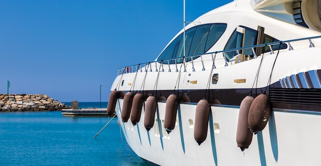 Ventimiglia, włochy - około sierpnia 2021 r.: jacht w cala del forte, to znakomita, zupełnie nowa, najnowocześniejsza marina położona w ventimiglia we włoszech, zaledwie 15 minut od księstwa monako