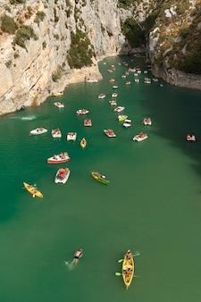 Verdon natural regional park z łodziami na wodzie w promieniach słońca we francji
