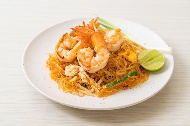 Vermicelli pad thai lub thai wermiszel smażony z krewetkami, kuchnia tajska