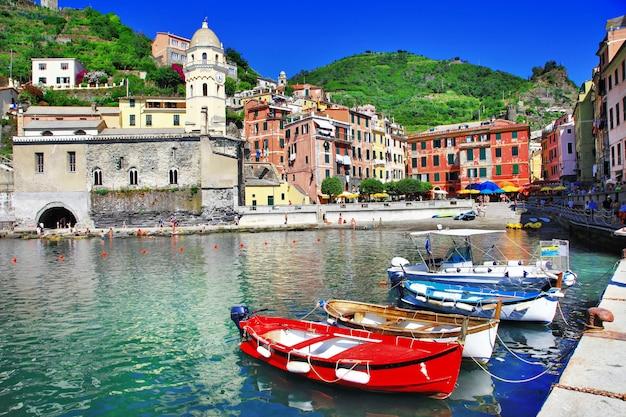 Vernazza, malownicza wioska na wybrzeżu ligurii we włoszech. słynny park narodowy cinque terre