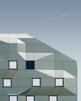 Vertical strzał geometryczny budynek pod niebieskim niebem