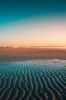 Vertical strzał plaża z turbinami w schwytanym w westenschouwen, holandie