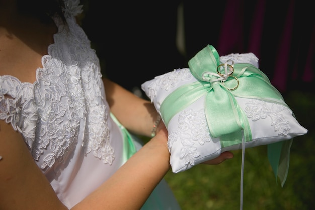Vestido de novia y accesorio de casamiento