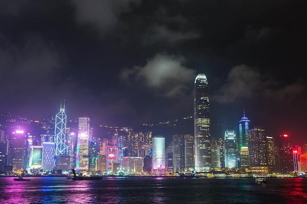 Victoria harbour w hongkongu o zachodzie słońca
