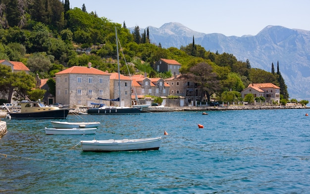 Village perast na wybrzeżu zatoki boka kotor. czarnogóra. morze adriatyckie