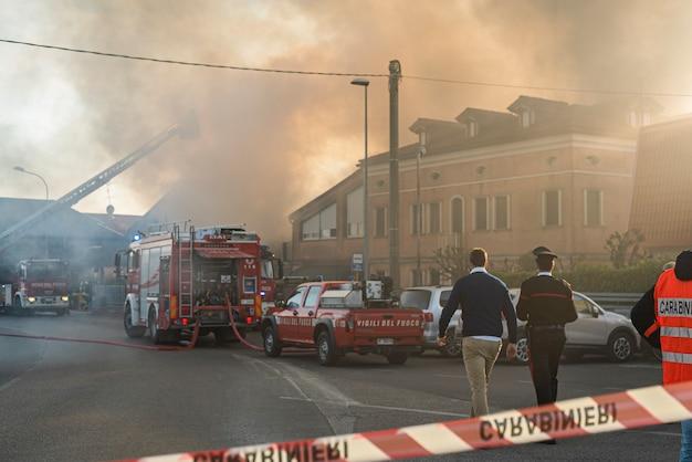 Villanova del ghebbo, włochy 23 marca 2021: droga zamknięta dla strażaków