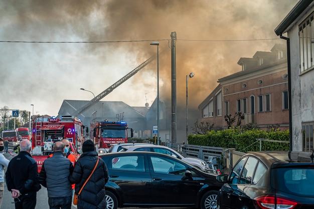 Villanova del ghebbo, włochy 23 marca 2021: strażacy palą w domach strażackich