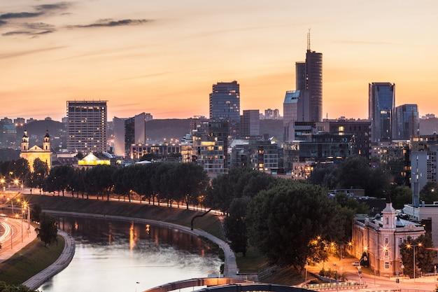 Vilnius financial district o zachodzie słońca