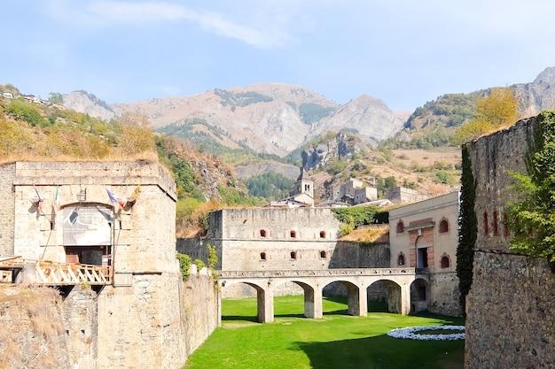 Vinadio włochy twierdza vinadio forte albertino di vinadio w dolinie stura di demonte