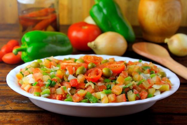 Vinagrete lub vinaigrette to tradycyjna sałatka brazylijska z pomidorów, papryki, cebuli, octu, natki pietruszki i oliwek.
