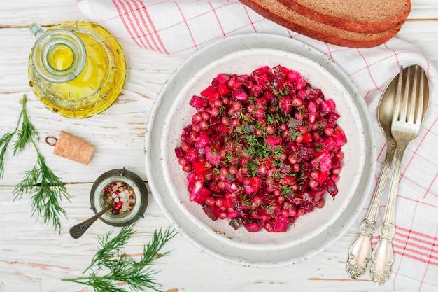 Vinaigrette to tradycyjna rosyjska i ukraińska sałatka jarzynowa z buraków, marchewki, ziemniaków, pikli, zielonego groszku i koperku, danie wegetariańskie
