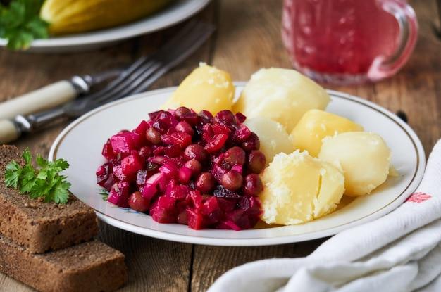 Vinaigrette z surówką i gotowanymi ziemniakami na talerzu