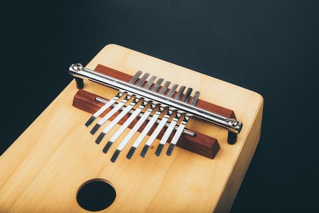 Vintage akustyczny instrument perkusyjny kalimba, wykonany z drewna