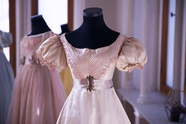 Vintage antyczna jedwabna sukienka na manekinie krawieckim, różowy, damski kostium, szczegóły i ubrania