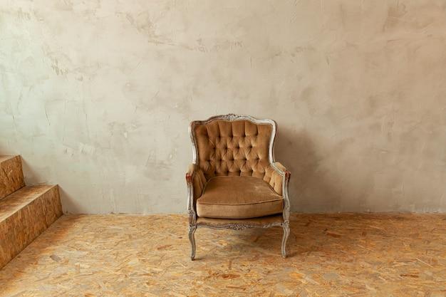 Vintage antyczne brązowo-szare krzesło stojące obok ściany minimalistyczny projekt domu