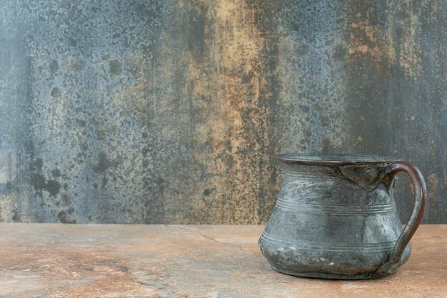 Vintage antyczny starożytny czajnik na tle marmuru
