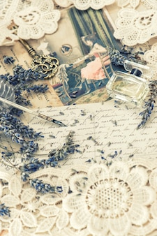 Vintage atrament długopis, klucz, perfumy, kwiaty lawendy i stare listy miłosne. stonowany obraz w stylu retro!
