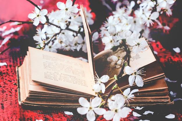 Vintage biblii z gałąź kwiat