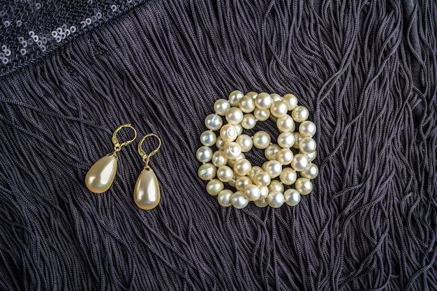 Vintage biżuteria z pereł na małej czarnej sukience