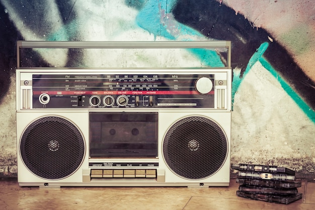 Vintage boombox z wieloma kasetami