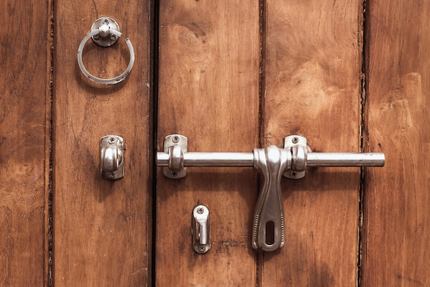 Vintage brązowe drewniane drzwi zbliżenie.