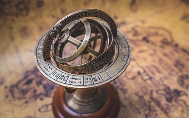 Vintage brązowy armillary sundial kula z znakiem zodiaku