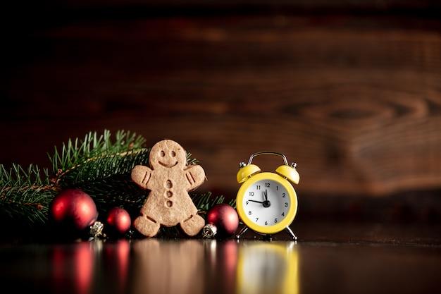 Vintage budzik i świąteczna dekoracja z ciasteczkiem