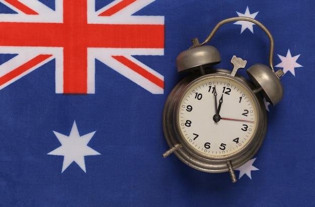 Vintage budzik na tle flagi australii