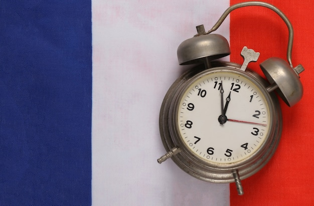 Vintage budzik na tle flagi francji