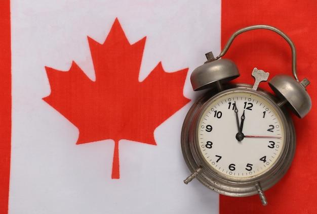 Vintage budzik na tle flagi kanady