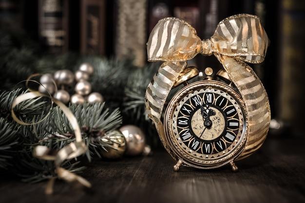 Vintage budzik pokazuje pięć do dwunastu. szczęśliwego nowego roku!
