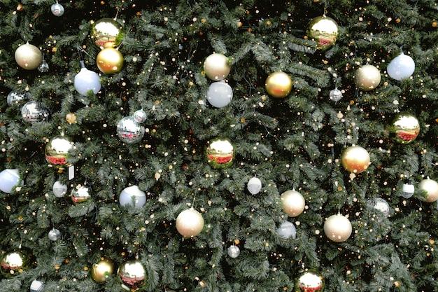 Vintage choinka z ornamentem i dekoracją ze złotej kuli, mieni się światłem. boże narodzenie i nowy rok wakacje tło. odcień rocznika.