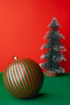Vintage christams dekorują piłkę i ozdoby choinkowe na zielonym stole żywą czerwienią