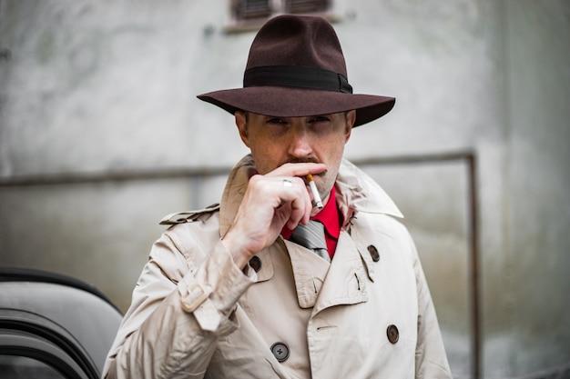 Vintage detektyw palący slumsów miasta ina