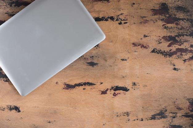 Vintage drewniane biurko stół z laptopa. widok z góry i układ płaski z miejscem na kopię,