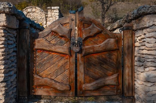 Vintage drewniane małe wrota z dużym starym zamkiem.