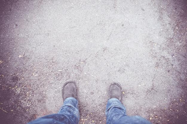 Vintage filtr: widok z lotu ptaka z szarej tkaniny buta z niebieskim cajgu stoją