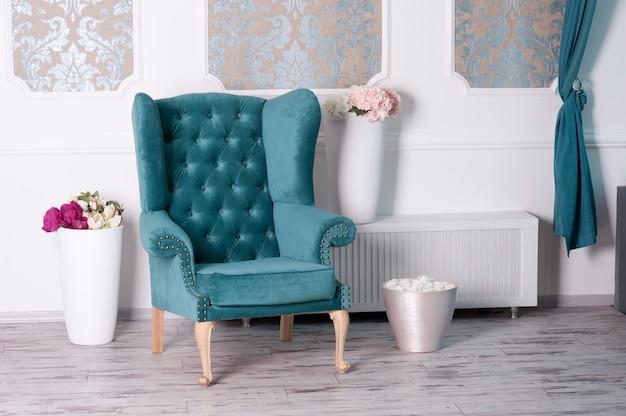 Vintage fotel w pięknym pokoju
