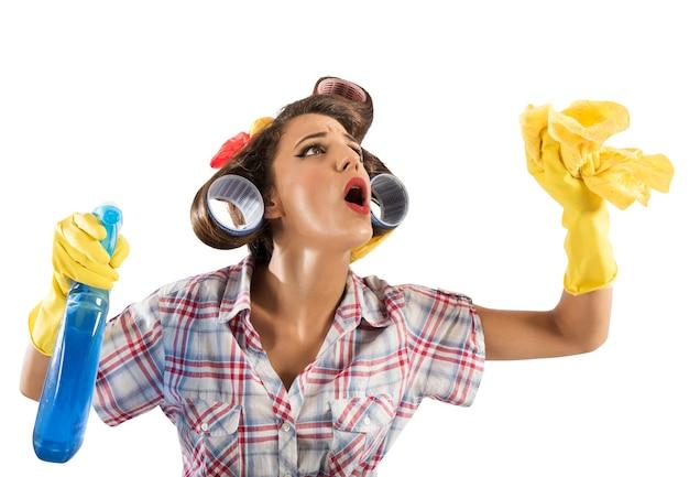 Vintage gospodyni czyści sprayem i szmatką