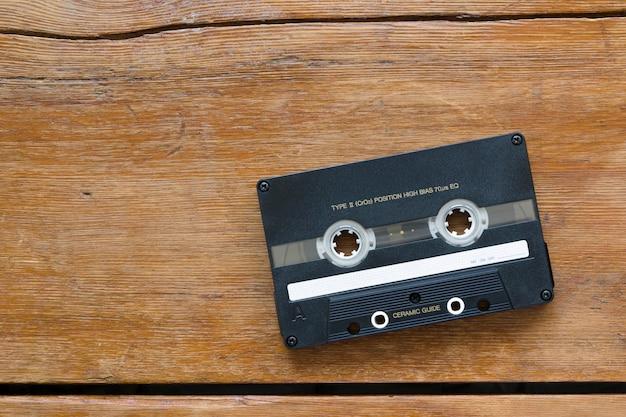 Vintage hi-end kaseta audio na pękniętym drewnianym stole
