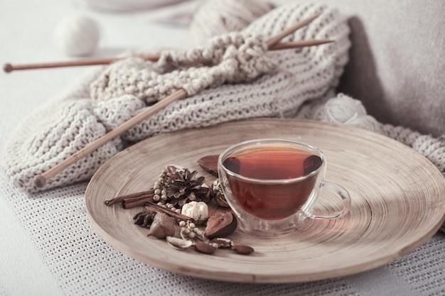 Vintage iglice i przędza z filiżanką herbaty