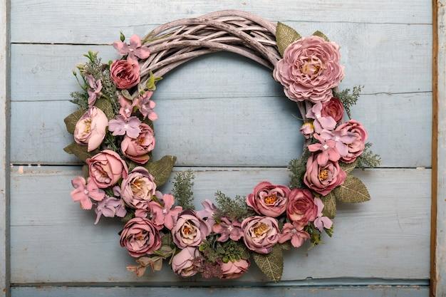 Vintage jesień wieniec z liści i kwiatów na drewnie shabbi
